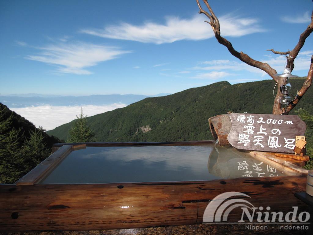 Penampakan indahnya pemandian Takamine Onsen