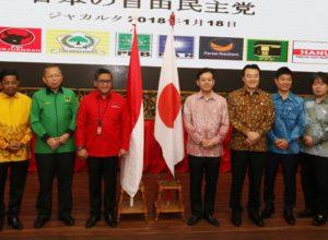 Suasana pertemuan parpol pendukung Jokowi - JK dengan utusan PM Jepang Shinzo Abe di Kantor DPP PDIP, Jakarta. Shinzo Abe mengutus Sekjen Partai Liberal Demokratik Jepang dan Presiden Liga Parlemen Jepang.