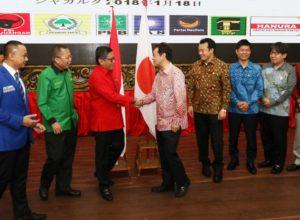 Sekjen PDIP Hasto Kristianto (merah) bersalaman dengan utusan PM Jepang Shinzo Abe di Kantor DPP PDIP, Jakarta. Seluruh utusan PM Jepang mengenakan baju batik dalam pertemuan ini.