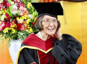 Perjuangan! Seorang Wanita Berusia 88 Tahun Menerima Gelar Doktor Tertua di Jepang